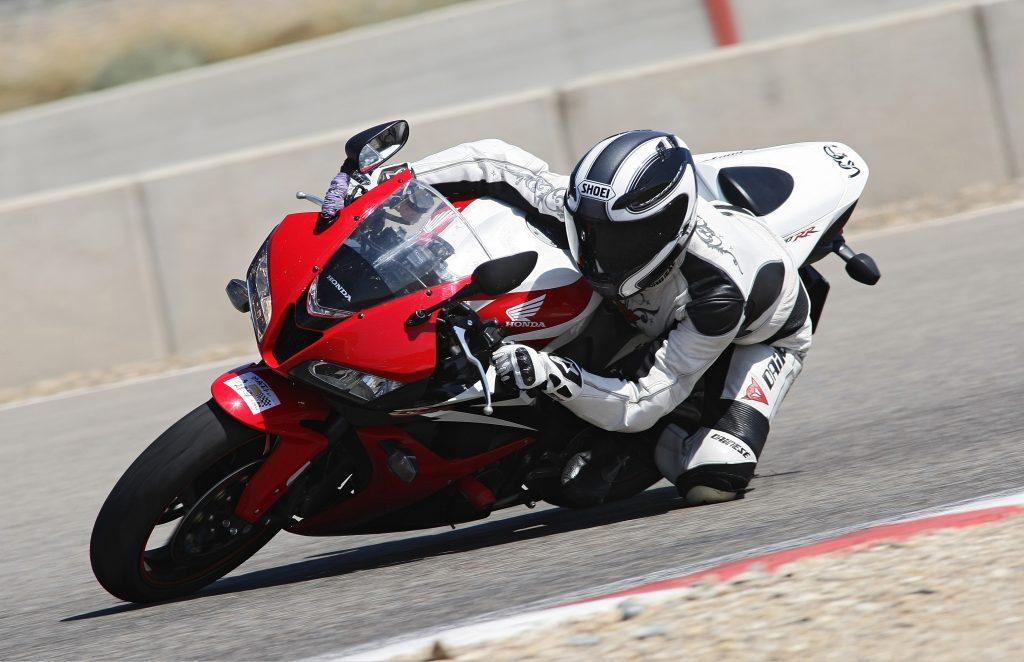 Anna 43 con su Honda CBR 600RR en el circuito de Alcarràs