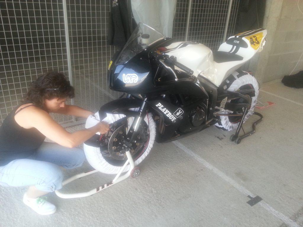 Mi madre poniendo calentadores a la moto en circuito.